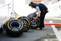 Un technicien de Pirelli analyse les pneus