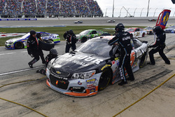 Michael McDowell, Leavine Family Racing Chevrolet makes a pit stop, Sunoco