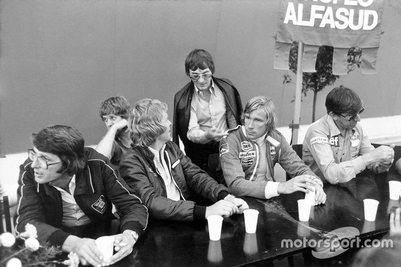 Peter Warr, directeur Lotus, Ian Scheckter, Max Mosley, Bernie Ecclestone, James Hunt et Ken Tyrrell