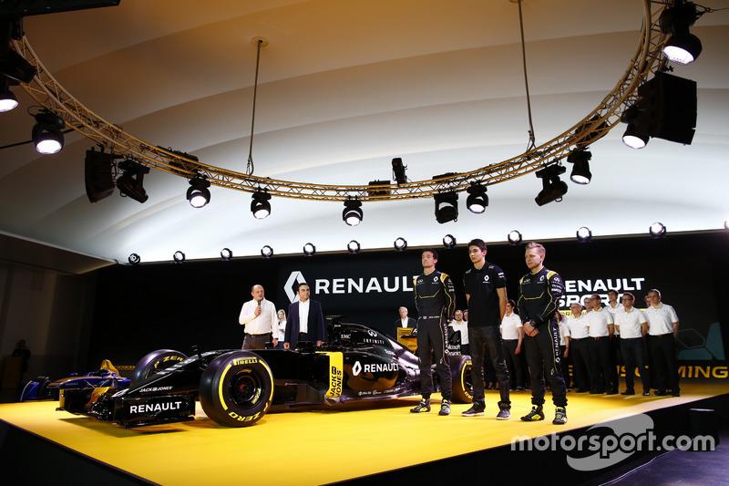 7. Jolyon Palmer, Kevin Magnussen und Testfahrer Esteban Ocon, mit Renault-Präsident Carlos Ghosn, und Teammanager Frederic Vasseur