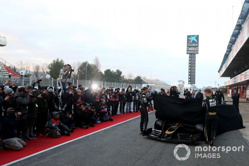 Romain Grosjean, Haas F1 Team y Kevin Magnussen, Haas F1 Team presentan el nuevo Haas VF-19