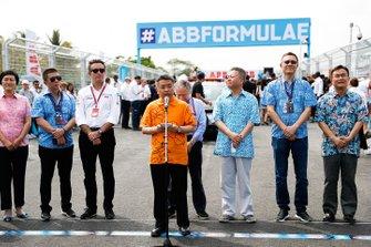 Alejandro Agag, CEO, Formula E, Jean Todt, Presidente FIA, davanti alla griglia di partenza, con degli importanti ospiti