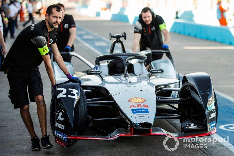 La monoposto di Sébastien Buemi, Nissan e.Dams, Nissan IMO1, viene spinta nel garage dal team, dopo aver colpito il muro