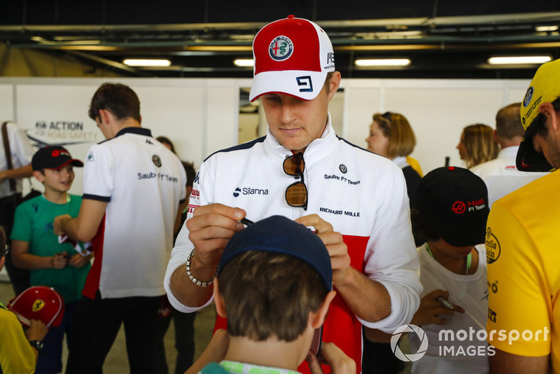 Marcus Ericsson, Sauber, signs a young fans hat