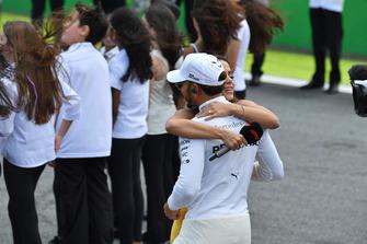 Lewis Hamilton, Mercedes AMG F1 sur la grille avec la chanteuse Anitta, singer