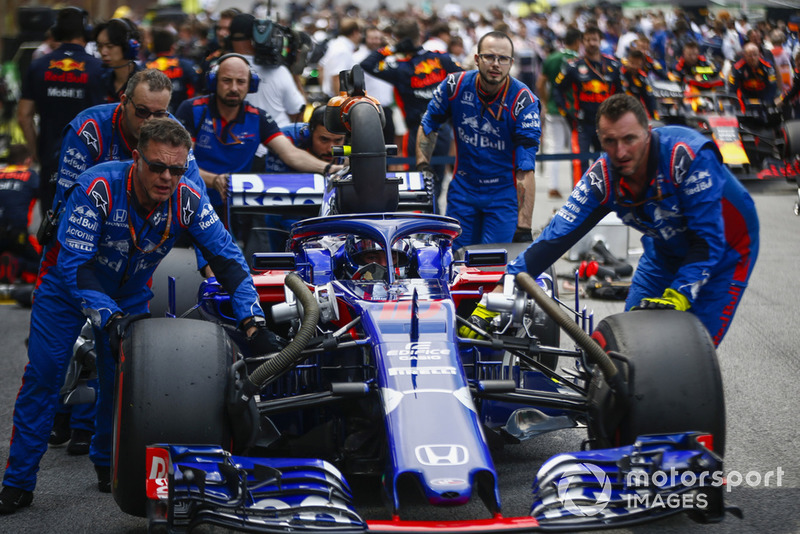 Pierre Gasly, Scuderia Toro Rosso STR13, arrives on the grid with his mechanics