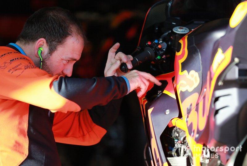 Un mécanicien au travail sur la moto de Pol Espargaró (Red Bull KTM Factory Racing)