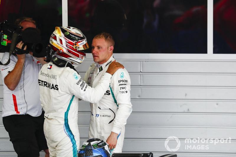 Il vincitore della gara Lewis Hamilton, Mercedes AMG F1, si congratula con Valtteri Bottas, Mercedes AMG F1