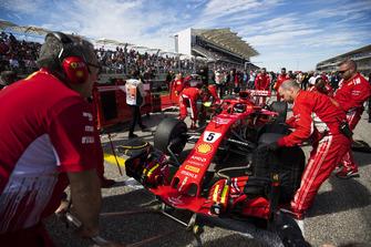 Sebastian Vettel, Ferrari SF71H, on the grid with mechanics