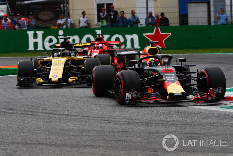 Daniel Ricciardo, Red Bull Racing RB14, leads Nico Hulkenberg, Renault Sport F1 Team R.S. 18, and Sebastian Vettel, Ferrari SF71H