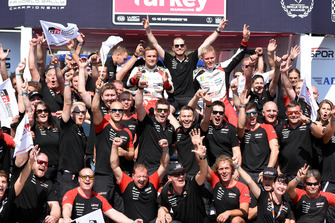 Race Winner Ott Tänak, Martin Järveoja, Toyota Gazoo Racing celebrate with the team