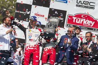 Podio: ganadores Ott Tänak, Martin Järveoja, Toyota Gazoo Racing WRT Toyota Yaris WRC