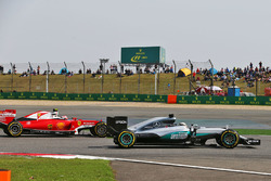 Lewis Hamilton, Mercedes AMG F1 Team W07 en Kimi Raikkonen, Ferrari SF16-H gevecht