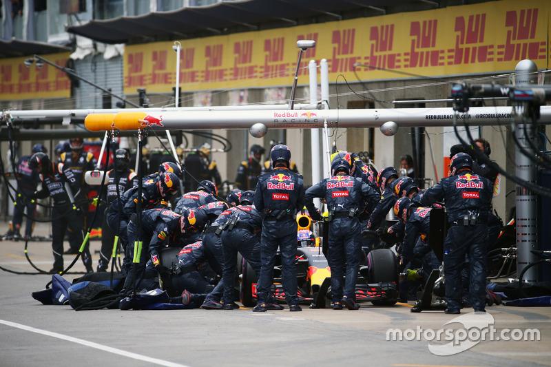Макс Ферстаппен, Red Bull Racing RB12, робить піт-стоп
