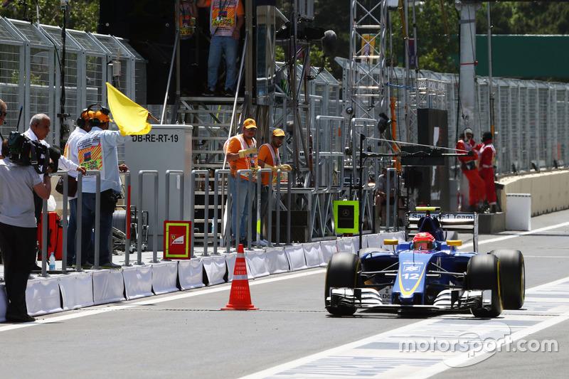 Felipe Nasr, Sauber C35 pasa un cono de tráfico en los pits donde una tapa del drenaje salió volando