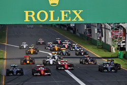 Sebastian Vettel, Ferrari SF16-H, memimpin selepas start.