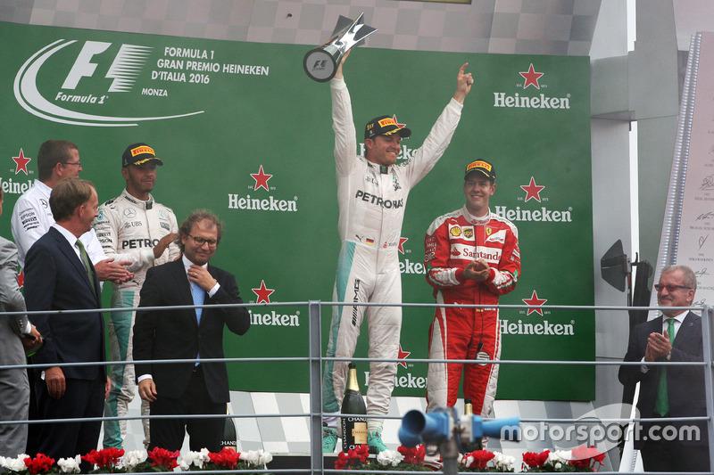 podium: segundo, Lewis Hamilton, Mercedes AMG F1; ganador, Nico Rosberg, Mercedes AMG F1; tercero Sebastian Vettel, Ferrari