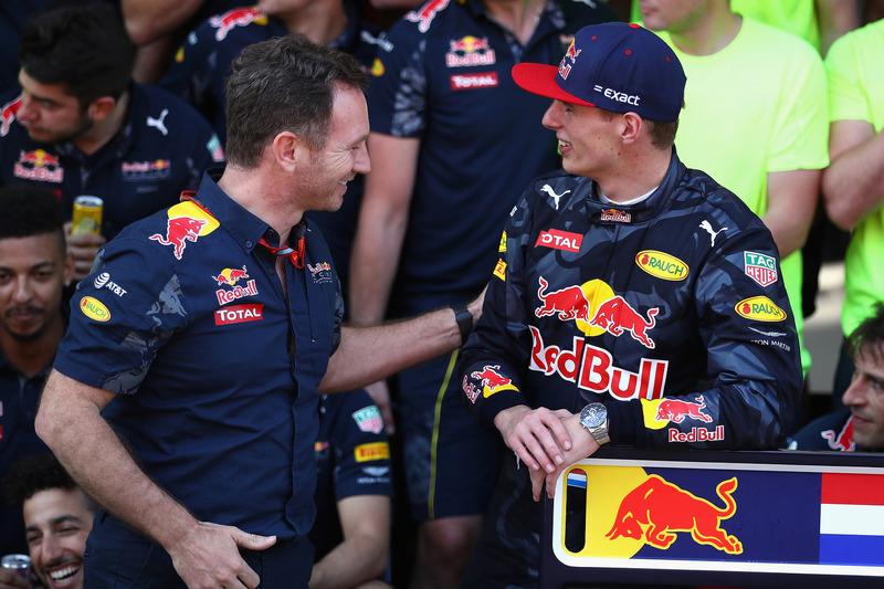 Christian Horner, Red Bull Racing Teamchef gratuliert  Max Verstappen, Red Bull Racing zu ersten F1 Sieg