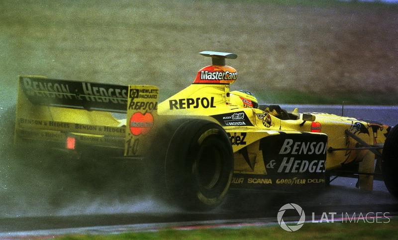 Невероятно умное решение принял Ральф Шумахер. Немец оказался в самом центре событий, но не запаниковал и тихонько запарковал свой Jordan на траве, избежав повреждений