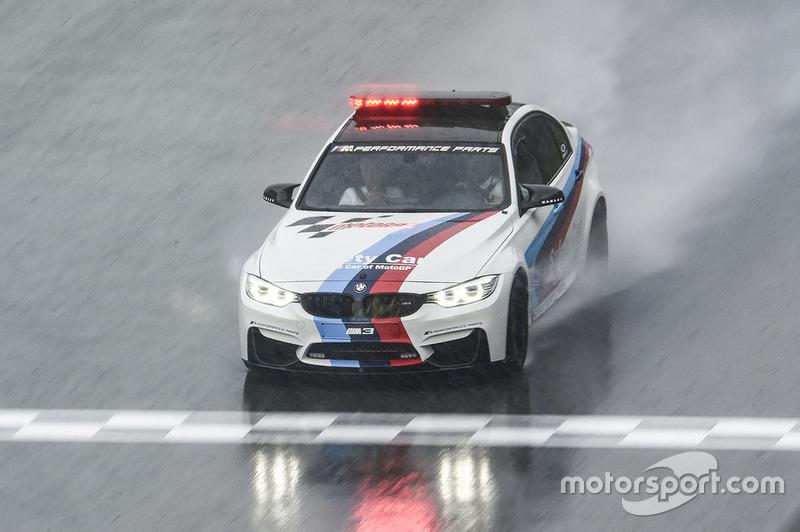 La BMW Safety car esamina la pista durante un acquazzone