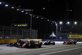 Kevin Magnussen, Haas F1 Team VF-18, leads Brendon Hartley, Toro Rosso STR13, Sergey Sirotkin, Williams FW41, and Stoffel Vandoorne, McLaren MCL33