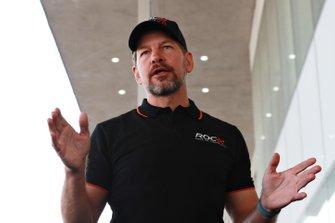 Fredrik Johnsson parle aux pilotes