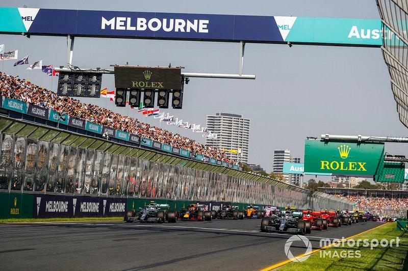 Las luces se apagan y Lewis Hamilton, Mercedes AMG F1 W10, lidera Valtteri Bottas, Mercedes AMG W10, Sebastian Vettel, Ferrari SF90, Max Verstappen, Red Bull Racing RB15 y el resto del campo al comienzo
