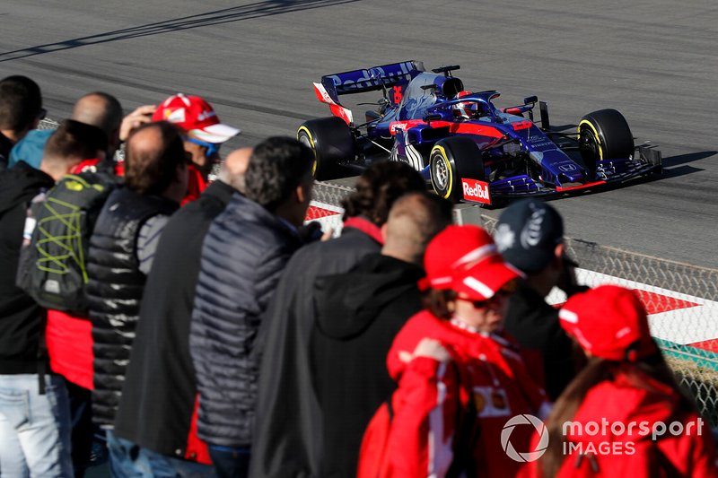Daniil Kvyat, Scuderia Toro Rosso STR14 and fans