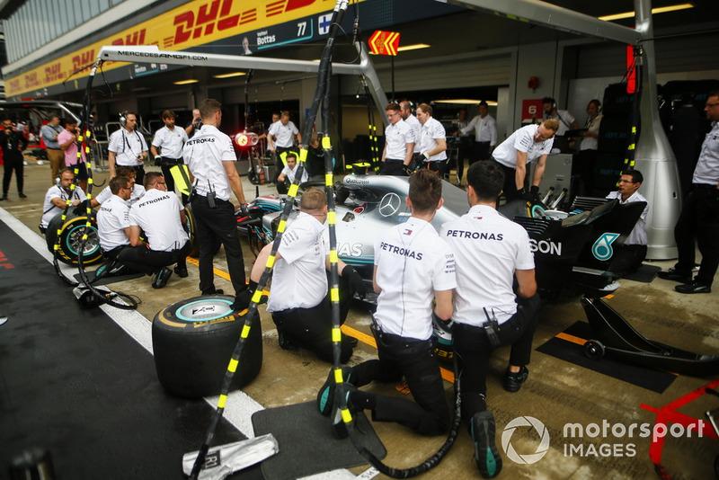 Mercedes AMG F1 W09 team practican una pit stop practice