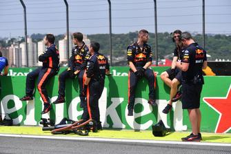 Des mécaniciens Red Bull Racing sur la grille