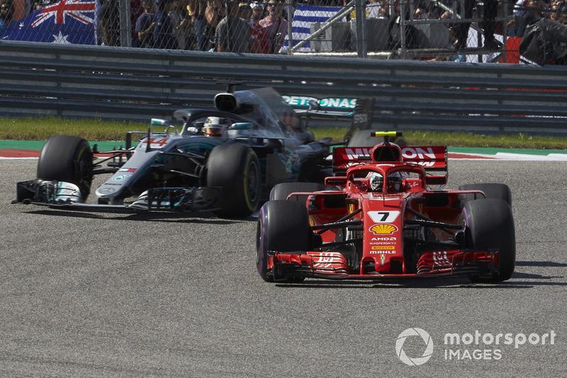 Kimi Raikkonen, Ferrari SF71H, y Lewis Hamilton, Mercedes AMG F1 W09 EQ Power+