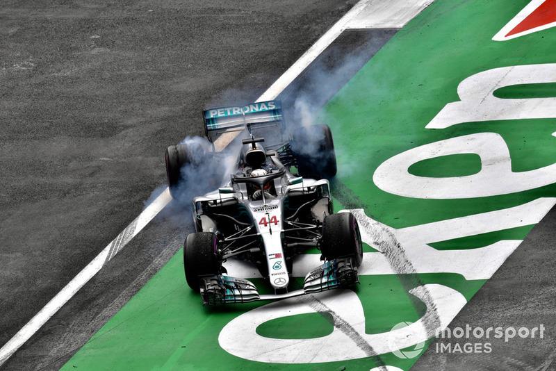 Lewis Hamilton, Mercedes-AMG F1 W09 EQ Power+ fait des donuts pour fêter son cinquième titre