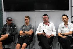 Fernando Alonso, McLaren, Stoffel Vandoorne, McLaren, Eric Boullier, McLaren Racing Director y Yusuke Hasegawa, jefe de Honda Motorsport