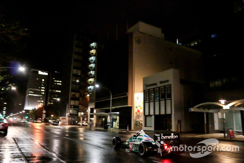 Une Benetton F1 dans les rues d'Adelaide