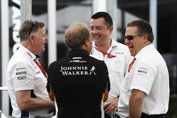 Mike O'Driscoll, Williams, Bob Fernley, directeur adjoint, Force India, Eric Boullier, directeur de la compétition, McLaren et Zak Brown,directeur exécutif du McLaren Technology Group, plaisantent dans le paddock