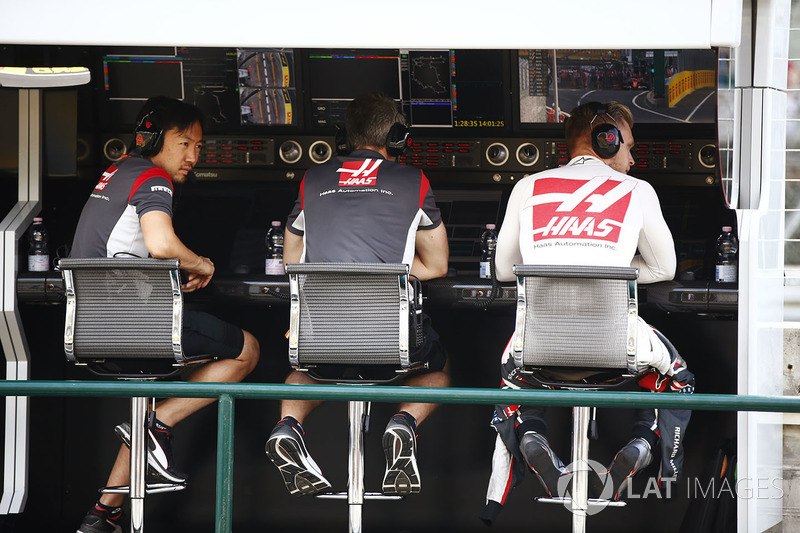 Kevin Magnussen, Haas F1 Team, on the pit wall