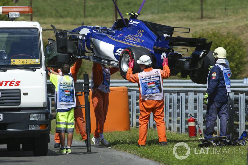 Oficiales de pista remueven el coche dañado de Pascal Wehrlein, Sauber C36-Ferrari, después de chocar en la PL2