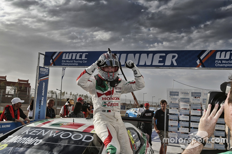 Race winner Tiago Monteiro, Honda Racing Team JAS, Honda Civic WTCC