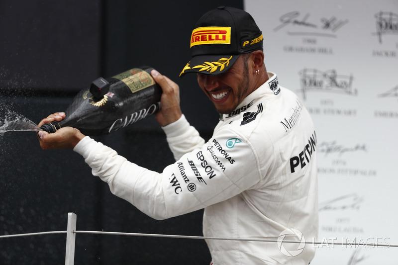 Podio: Ganador de la carrera Lewis Hamilton, Mercedes AMG F1, rocía la victoria con Champagne