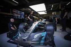 Lewis Hamilton, Mercedes AMG F1 W08, en el garaje de Mercedes