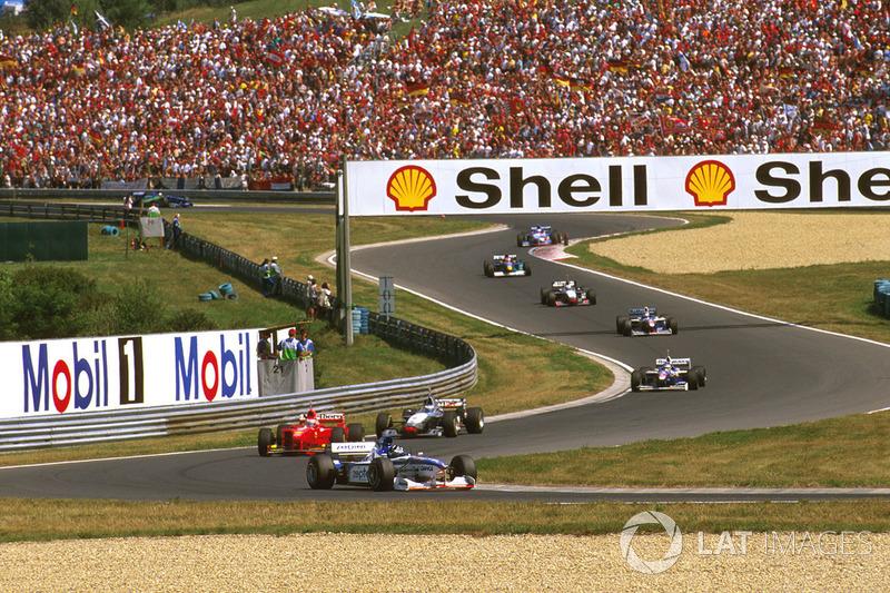 Damon Hill, Arrows A18 Yamaha, Eddie Irvine, Ferrari F310B y Mika Hakkinen, McLaren MP4/12 Mercedes