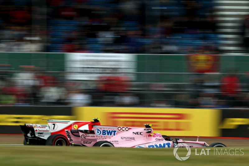 Esteban Ocon, Sahara Force India VJM10 y Kimi Raikkonen, Ferrari SF70H