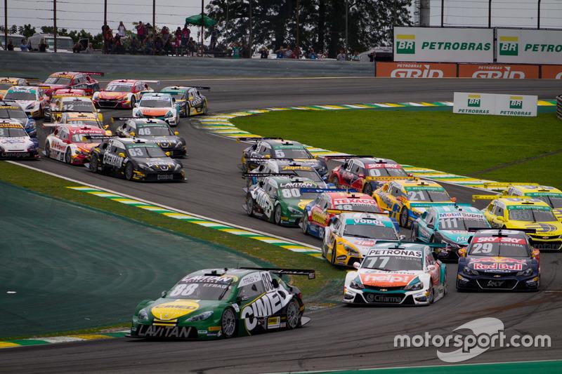 Felipe Fraga lidera o pelotão na largada