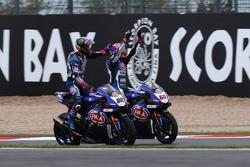 Il secondo classificato Alex Lowes, Pata Yamaha, dà un colpetto sulla testa al terzo classificato Michael van der Mark, Pata Yamaha