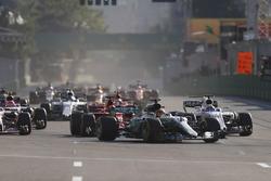 Lewis Hamilton, Mercedes AMG F1 W08, Felipe Massa, Williams FW40, pasa a Sebastian Vettel, Ferrari SF70H, Esteban Ocon, Sahara Force India F1 VJM10 y Kimi Raikkonen, Ferrari SF70H
