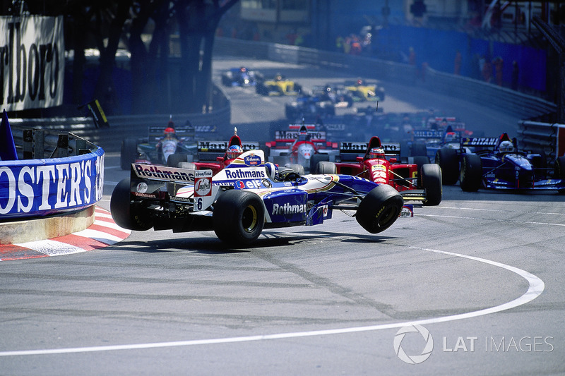 1995 - Acidente na largada: David Coulthard, Williams-Renault, e as Ferraris de Gerhard Berger e Jean Alesi