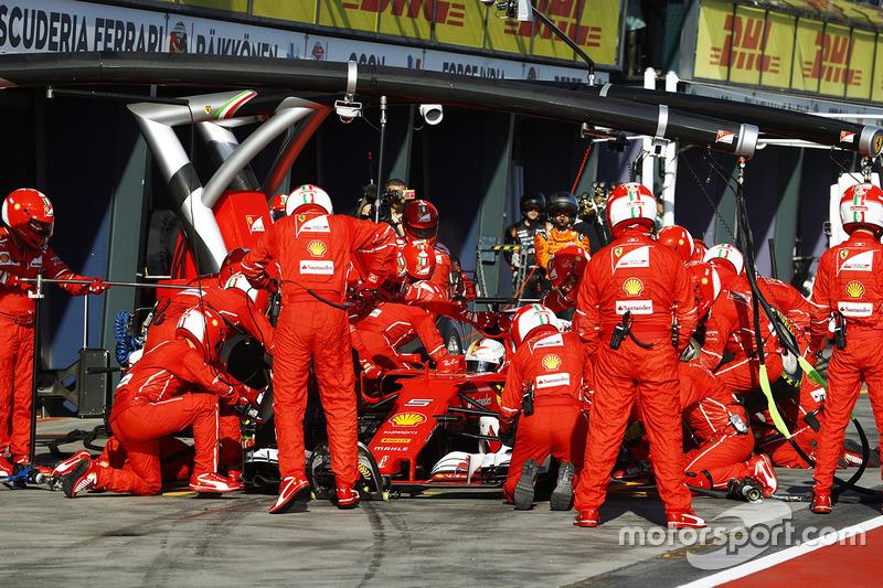Sebastian Vettel, Ferrari SF70H, hace un pit stop