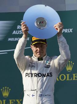 Podium: 3. Valtteri Bottas, Mercedes AMG, mit Trophäe