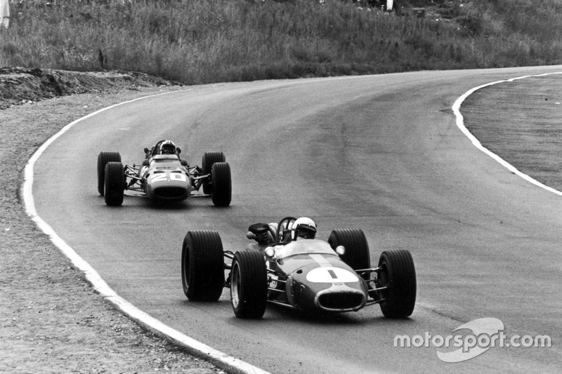 Jack Brabham, Brabham BT24-Repco; Chris Amon, Ferrari 312
