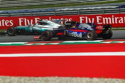 Valtteri Bottas, Mercedes AMG F1 F1 W08, Carlos Sainz Jr., Scuderia Toro Rosso STR12